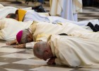 Martínez se prostrou perante o altar principal da Catedral após a revelação, na semana passada, de supostos casos de abusos