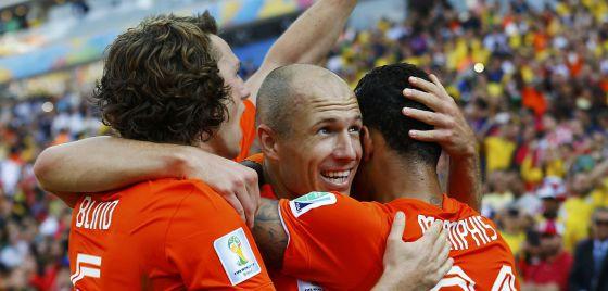 Depay comemora seu gol com Robben e Blind.