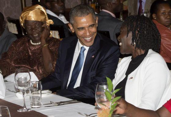 Obama com a esposa de seu pai (esq.), e sua meia-irmã.