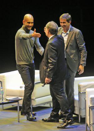 Guardiola cumprimenta Tata Martino, no evento realizado em Buenos Aires.