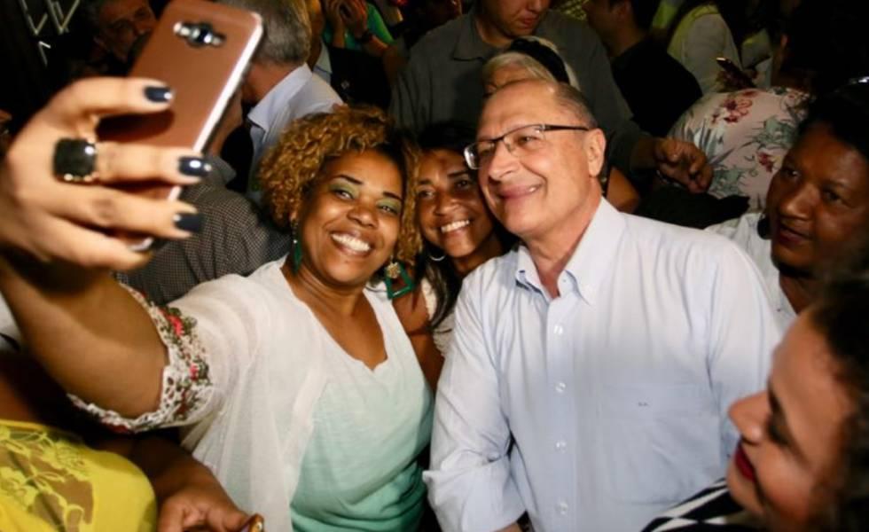 Alckmin com eleitores durante evento de campanha no Rio de Janeiro.