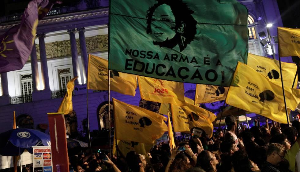 Bandeiras em homenagem a Marielle Franco em manifestação no centro do Rio.