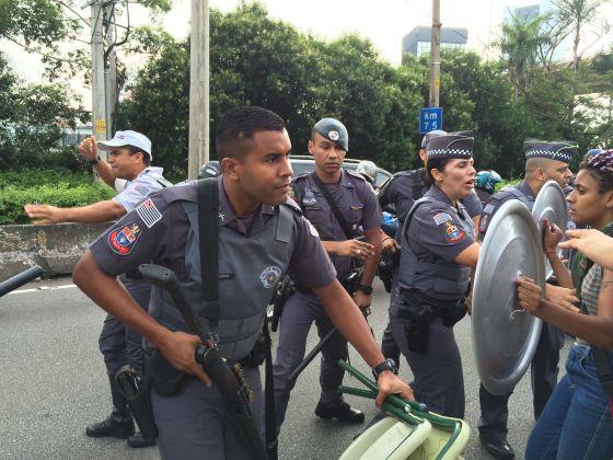 Policiais tentam deter bloqueio na Marginal Pinheiros nesta quinta.