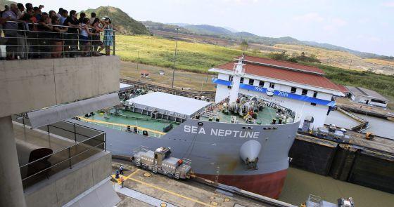 Um navio no canal de Panamá.
