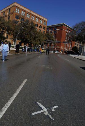 Uma marca no asfalto indica o ponto onde Kennedy recebeu um dos disparos.