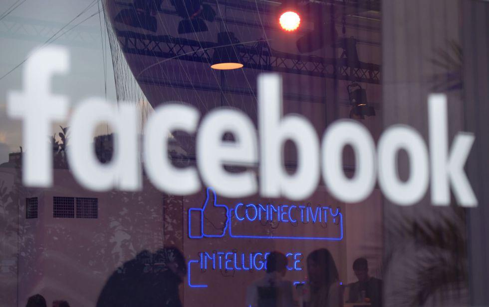 Logo do Facebook em evento de Berlim.