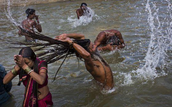 Hindus tomam banho no rio Godavari, durante festival na Índia.