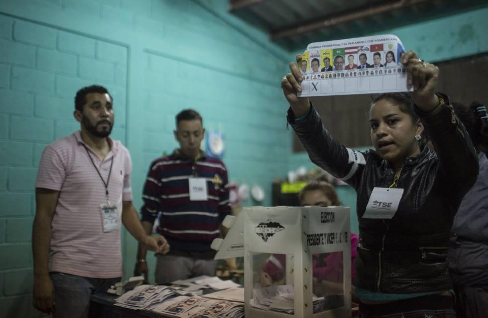 Funcionária mostra uma cédula eleitoral durante a eleição em Honduras.