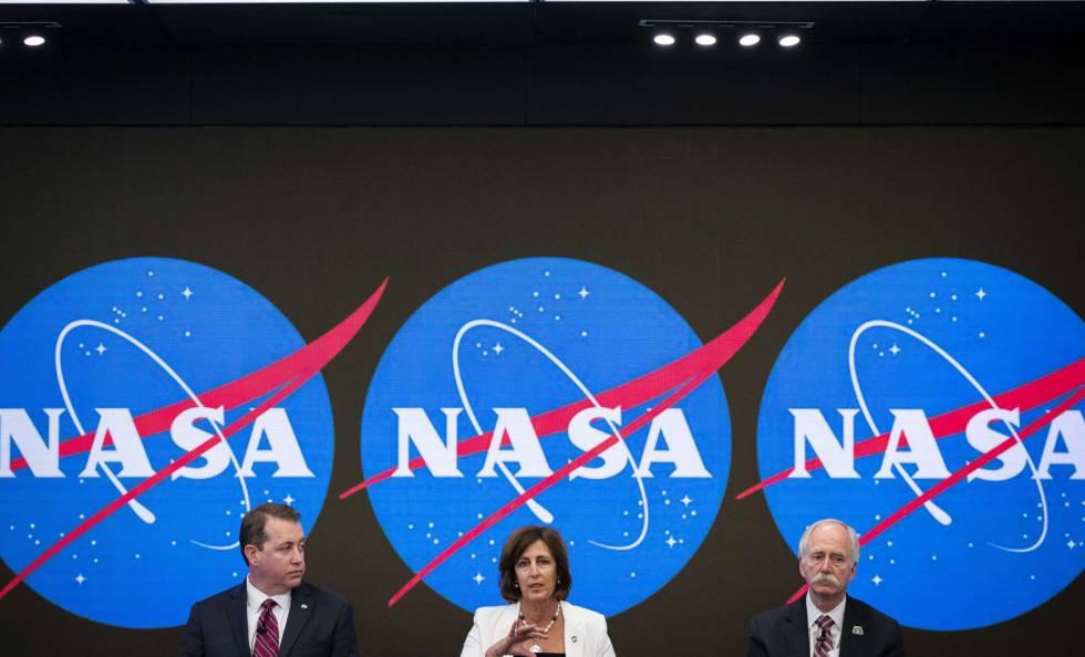 Da esquerda para a direita, Jeff DeWit, Robyn Gatens e o delegado da NASA para exploração humana, Bill Gerstenmaier, nesta sexta-feira em Nova York.