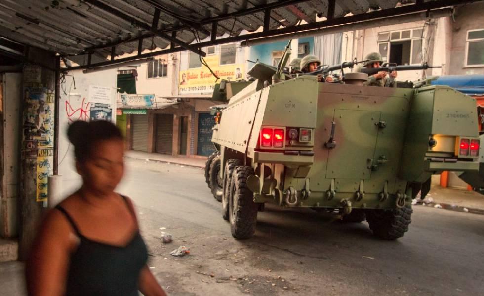 Blindado do Exército na Maré.