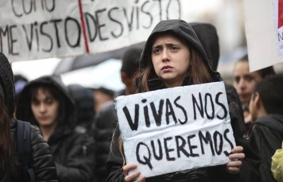 Mulher protesta contra os feminicídios na Argentina.