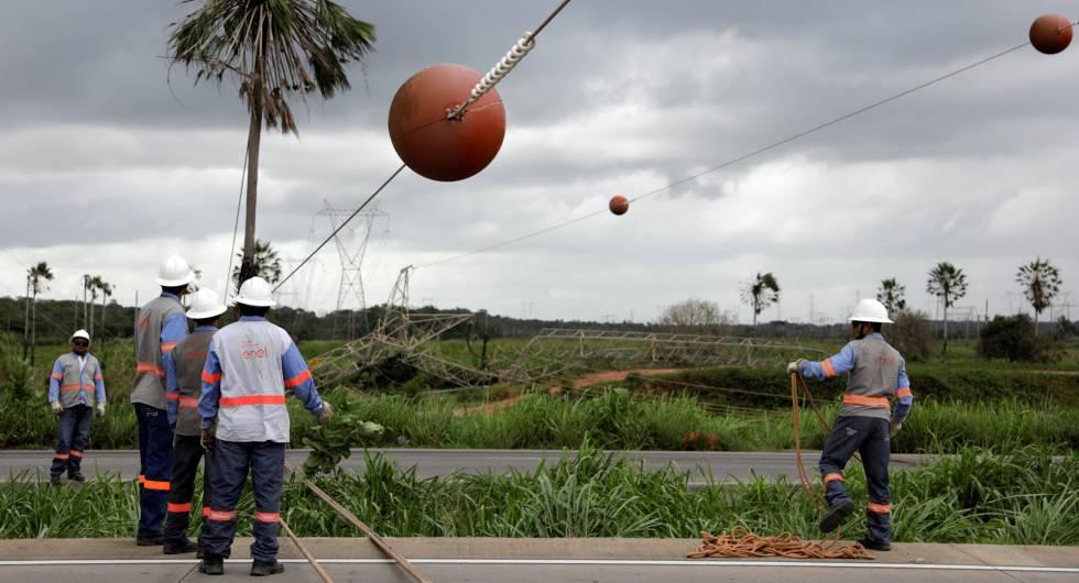 Técnicos trabalham para reparar torre de energia em Maracanaú, região metropolitana de Fortaleza, danificada supostamente pelas facções.