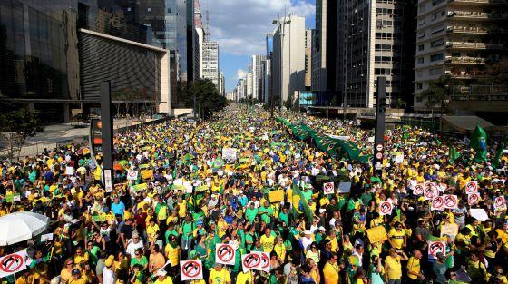 Manifestantes na avenida Paulista no domingo.