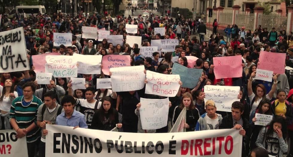 Estudantes protestam contra reforma do ensino.