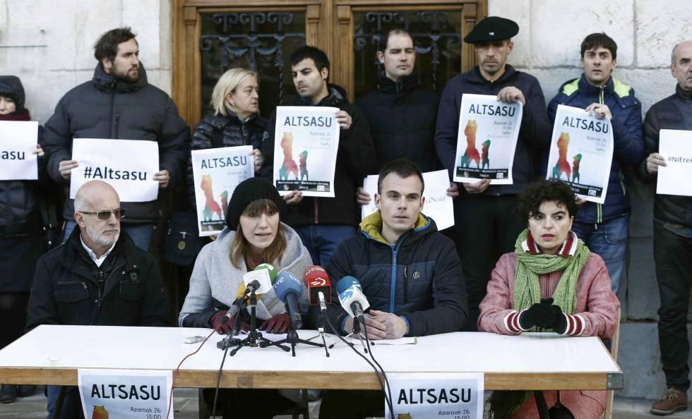 Vereadores de várias cidades de Navarra em um ato de repúdio à versão de que dois membros da Guarda Civil e suas companheiras foram deliberadamente agredidos em Alsasua.