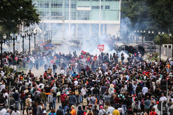 Professores protestam contra mudança na previdência estadual do Paraná.