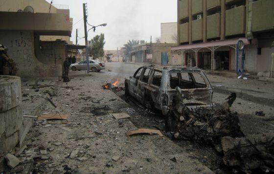 Milicianos curdos protegem hotel de Kirkuk depois do ataque do EI.