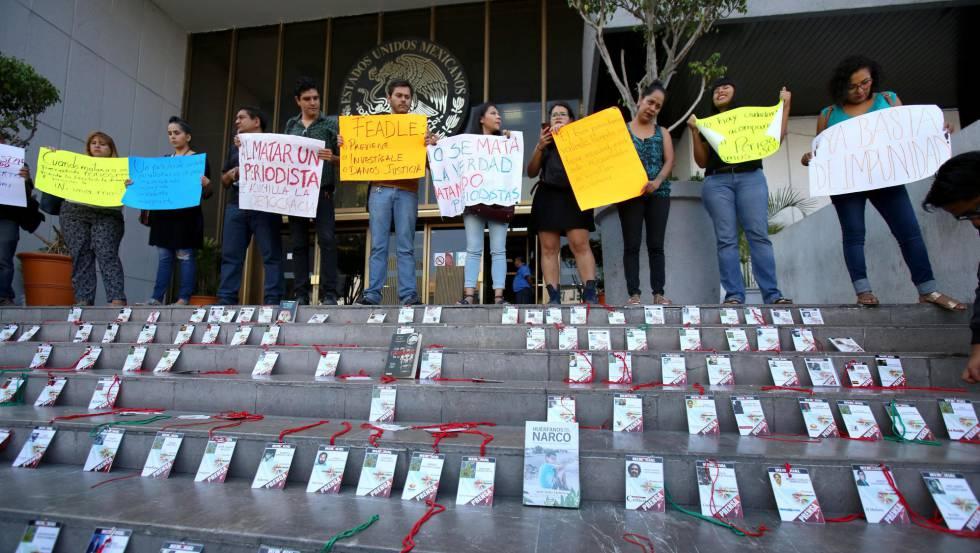 Manifestantes em Guadalajara protestam contra assassinato de jornalistas.