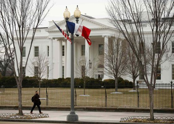 A bandeira da França em frente à Casa Branca.