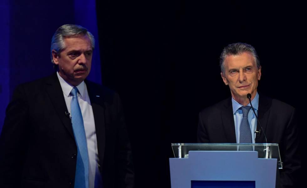 Mauricio Macri (direita) e Alberto Fernández, durante o debate presidencial celebrado em Santa Fé, Argentina.