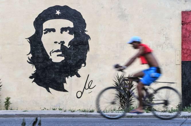 Em 8 de outubro de 1967, o exército boliviano, com o apoio de agentes da CIA, capturou Ernesto Guevara de la Serna, o Che, num lugar chamado Quebrada del Churo. Ferido numa perna, o guerrilheiro foi levado a uma escola abandonada do vilarejo de La Higuera, onde passou sua última noite. No dia seguinte, foi executado. A imagem de seu cadáver, exibida aos jornalistas e curiosos, deu a volta ao mundo e lhe garantiu um lugar permanente na História, consolidando seu status de mito revolucionário. Nesta foto, o rosto de Che aparece projetado em uma rua de Havana, Cuba.