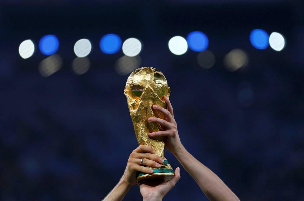 A taça da Copa do Mundo 2018: sorteio revela grupos do mundial na Rússia.