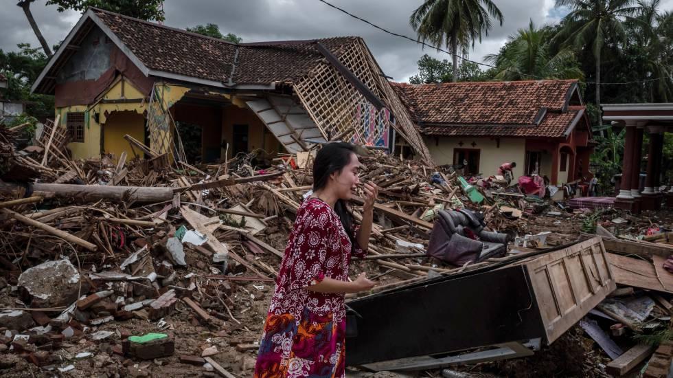 Uma mulher chora em meio à destruição de seus pertences nesta segunda-feira em Carita