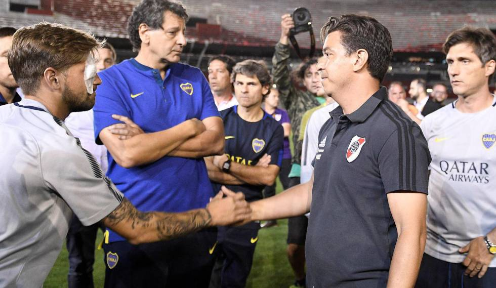 O técnico do River, Marcelo Gallardo, cumprimenta Gonzalo Lamardo, que ficou ferido no ataque ao ônibus do Boca.