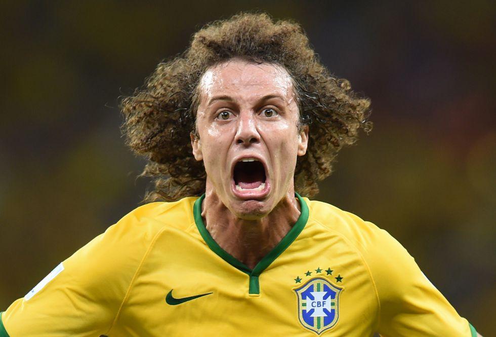 O jogador da seleção brasileira David Luiz celebra o gol que marcou na eliminatória da quarta de final contra a Colômbia.