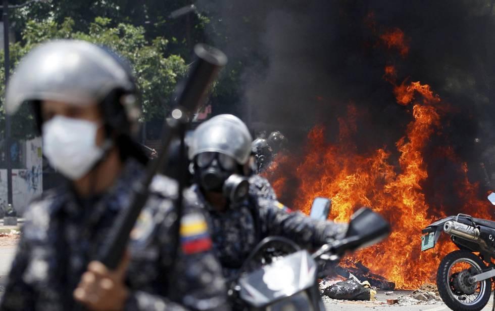 Forças de segurança venezuelanas em um dos protestos contra a Constituinte