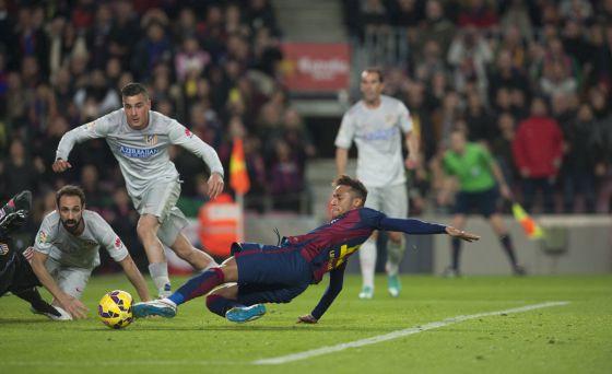 Neymar marca o 1 a 0 sobre o Atlético.