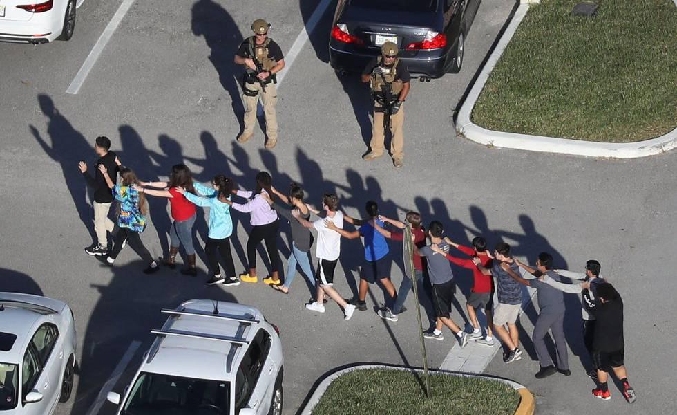 Alunos da escola de Parkland são escoltados por um soldado em fevereiro de 2018.