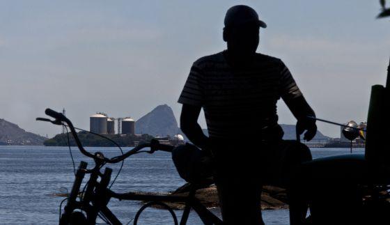 Um homem diante de uma instalação da Petrobras no Rio do Janeiro.