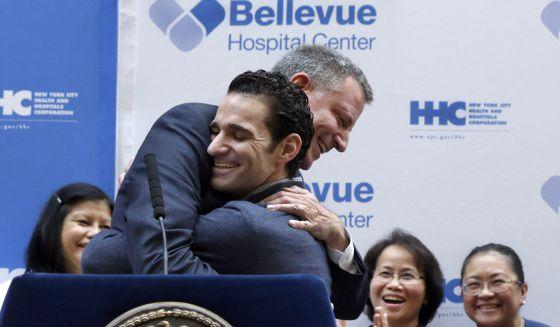 Abraço entre o doutor Craig Spencer e o prefeito Bill de Blasio.