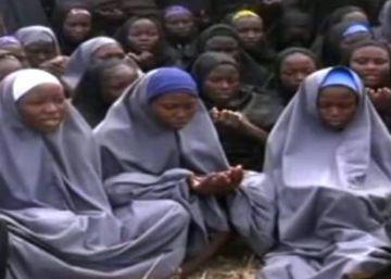Dois anos após sequestro das 219 estudantes de Chibok, vídeo do grupo terrorista, gravado em dezembro, mostra 15 das vítimas