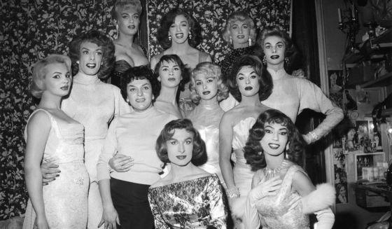Artistas travestis no Le Carrousel, em Paris, nos anos 50.
