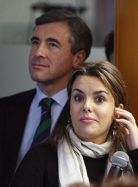 Soraya Sáenz de Santamaría, con Ángel Acebes tras ella, el pasado 11 de marzo, dos días después de las elecciones.