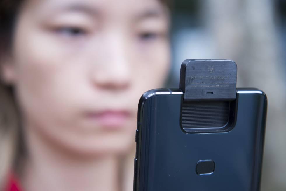 O Asus Zenfone 6 chama a atenção por sua Flip Camera, que consiste em um mecanismo motorizado que levanta o módulo da dupla câmera principal.