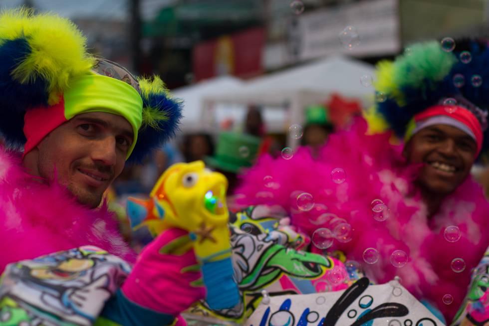 Bate-bolas da turma do Bronx, brincam no subúrbio carioca.