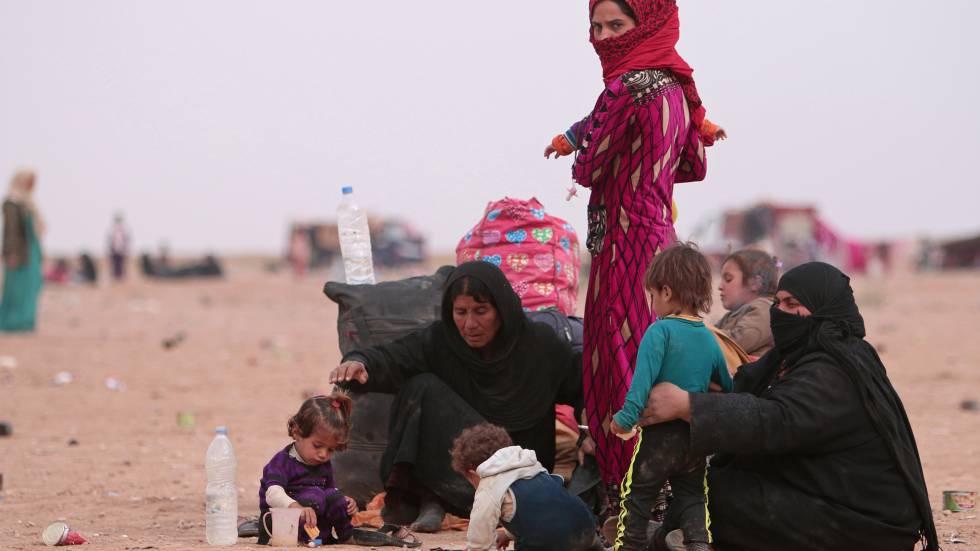 Uma família de refugiados em Hasaka, na Síria, depois de fugir da violência de Mosul (Iraque).