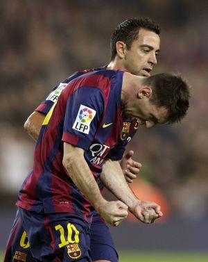 Messi comemora com raiva um de seus gols contra o Sevilla na presença de Xavi.