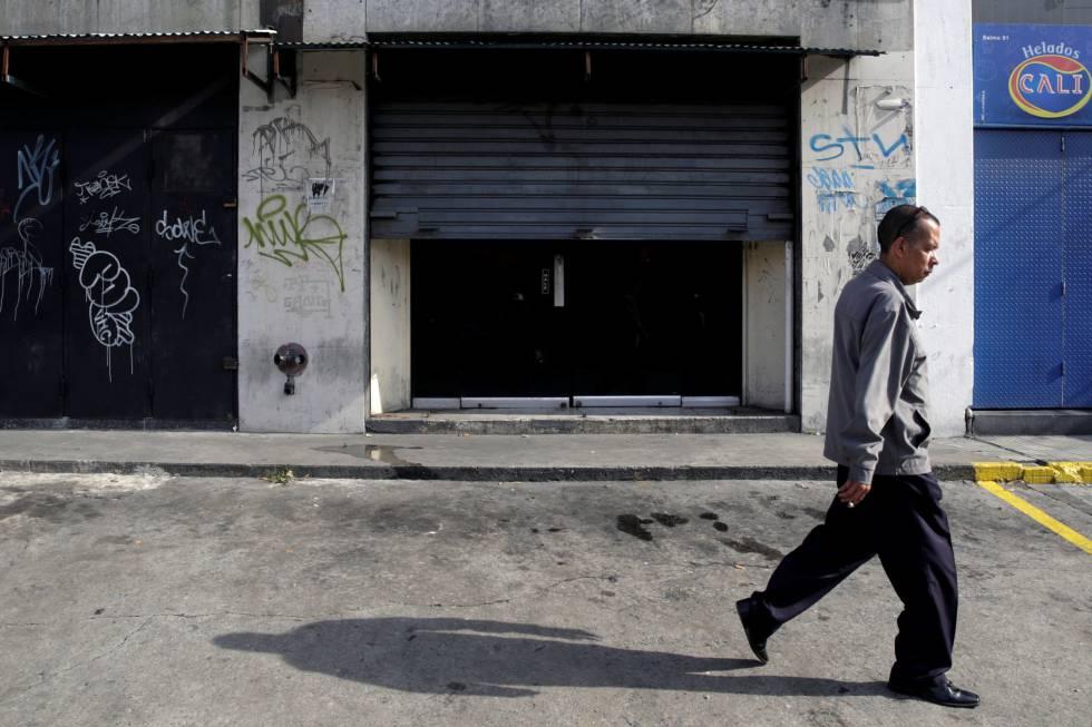Homem caminha por uma rua em Caracas, Venezuela.