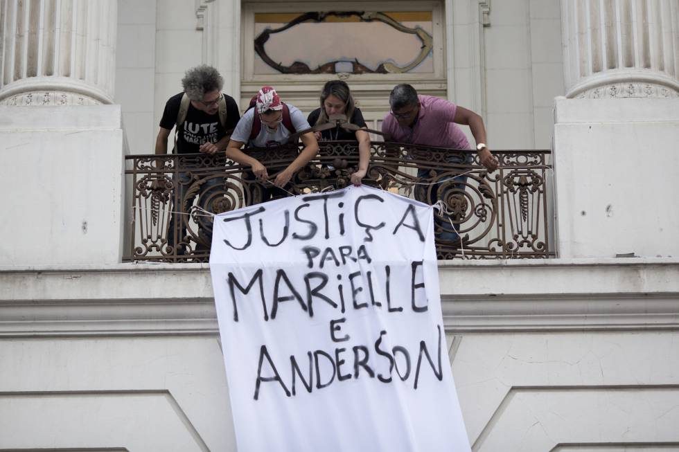 Grupo estende faixa na Câmara dos Vereadores do Rio, nesta segunda.