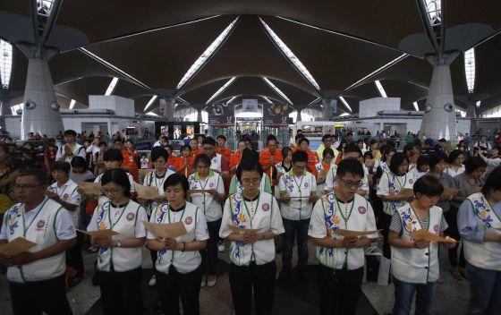 Orações pelos desaparecidos no aeroporto de Kuala Lumpur.