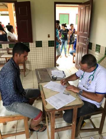 Profissional do Mais Médicos em atendimento, no Acre.