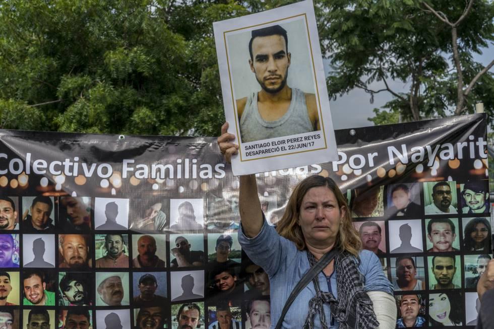 Uma mulher de Nayarit que busca a seu filho Santiago Reis protesta às periferias do serviço forense de Jalisco.