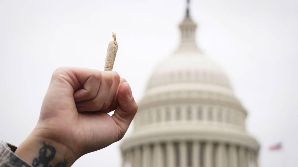 Ativista pró-maconha ergue um 'baseado' durante recente manifestação em Washington.