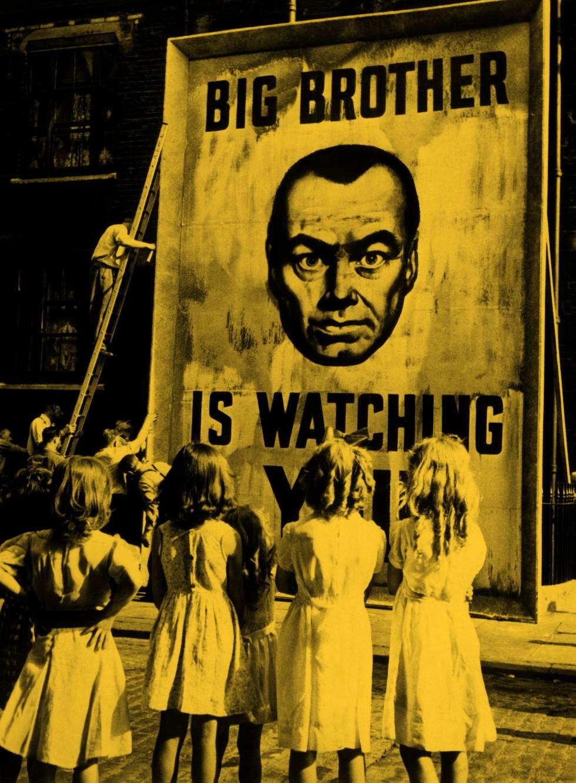 """Cartaz promocional do filme '1984' com a mensagem """"O Grande Irmão está te vigiando"""" (1956)"""