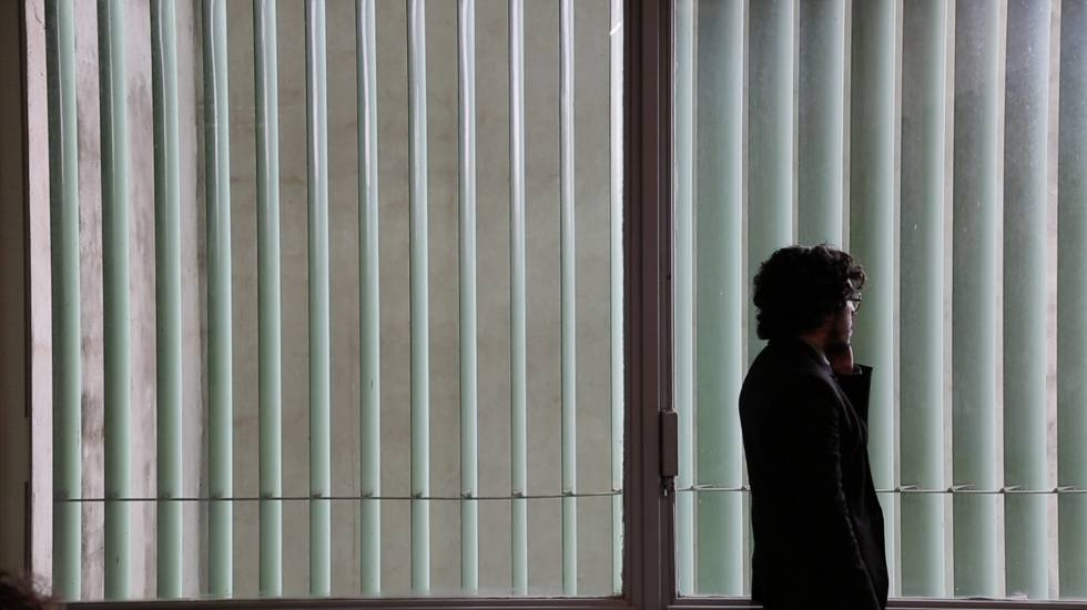 O deputado Jean Wyllys na Câmara em cena do filme 'Entre os homens de bem'.
