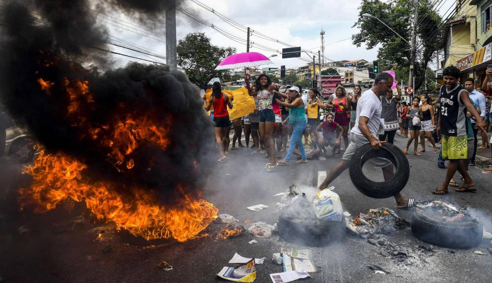 Manifestantes protestam contra a paralisação da PM em Vitória.